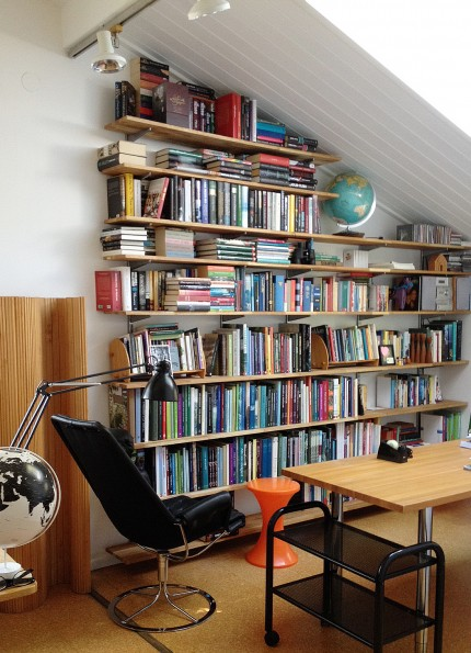 hemma hos svante arbetsrum inred bokhyllan elfa