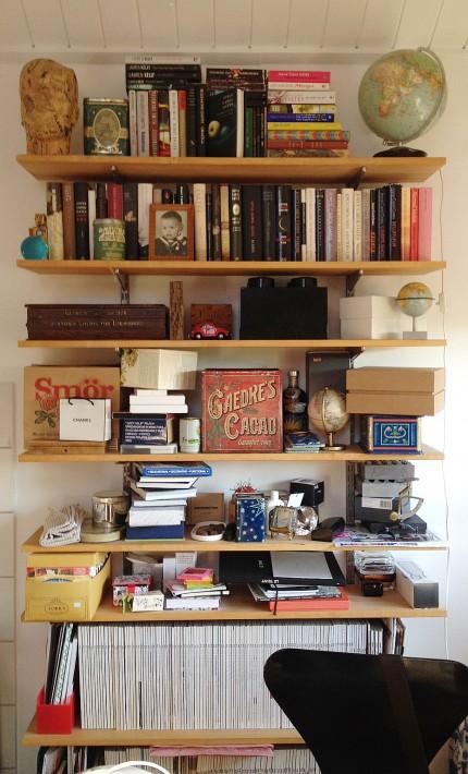 hemma hos svante bokhylla liten i arbetsrumet inred blandat