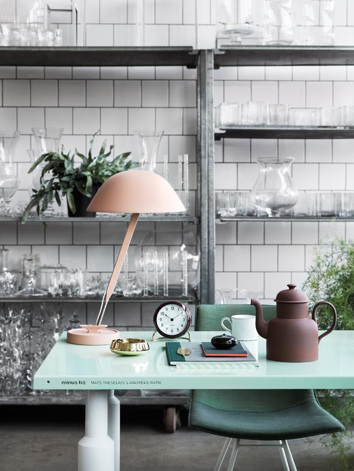 Kända arbetsplats-hemma-inspiration-skrivbord-lampa   ELLE Decoration DB-59