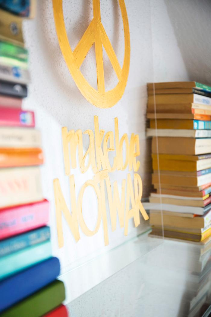 bokhylla-bokförvaring-glasskylt-make-love-not-war