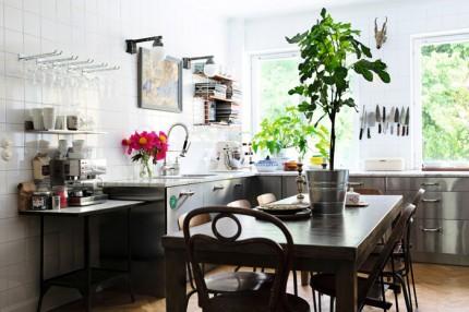 kok industriellt vazter vitt kakel rostfritt stal stort matbord