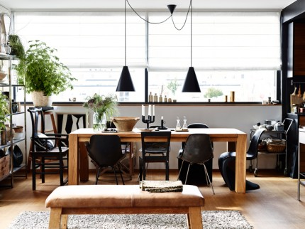 matplats-rustikt-bord-svart-ek foto andrea papini