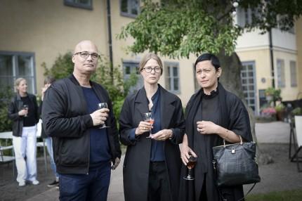 Bruno Eliasson, glasformgivaren Carina Seth Andersson med Svenskt Tenns CEO Maria Veerasamy.