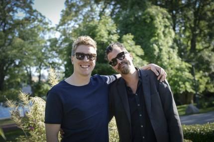 Setdesignern Johan Svenson med vän.
