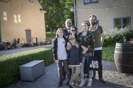 Designern Johan Lindeberg med Ulrika & Robert Nilsson från JUS med familj.