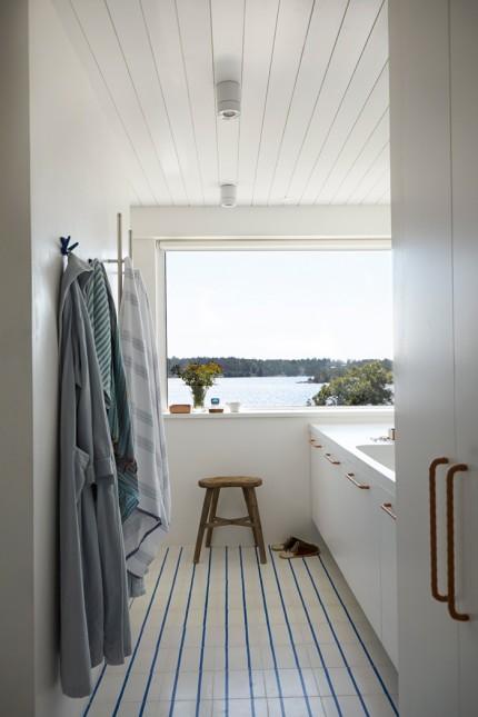 badrum-med-sjöutsikt-randig-klinker-inspiration-foto-magnus-anesund