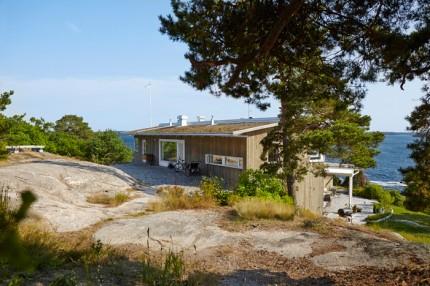Husets material är valda för att smälta in i omgivningen: furu bestruket med järnvitriol till fasaden och sedumtak.