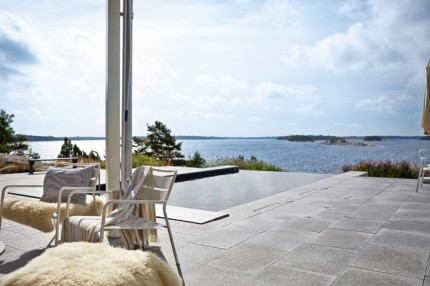 uteplats-sjöutsikt-pool-skärgården-foto-magnus-anesund
