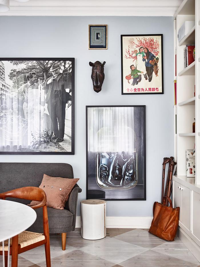 Käppen med dödskalleknopp, tillverkad i början av 1900-talet, köpte Peter i Buenos Aires. Framför skymtar Harry Bertoias Diamond Chair, ritad för Knoll 1952.