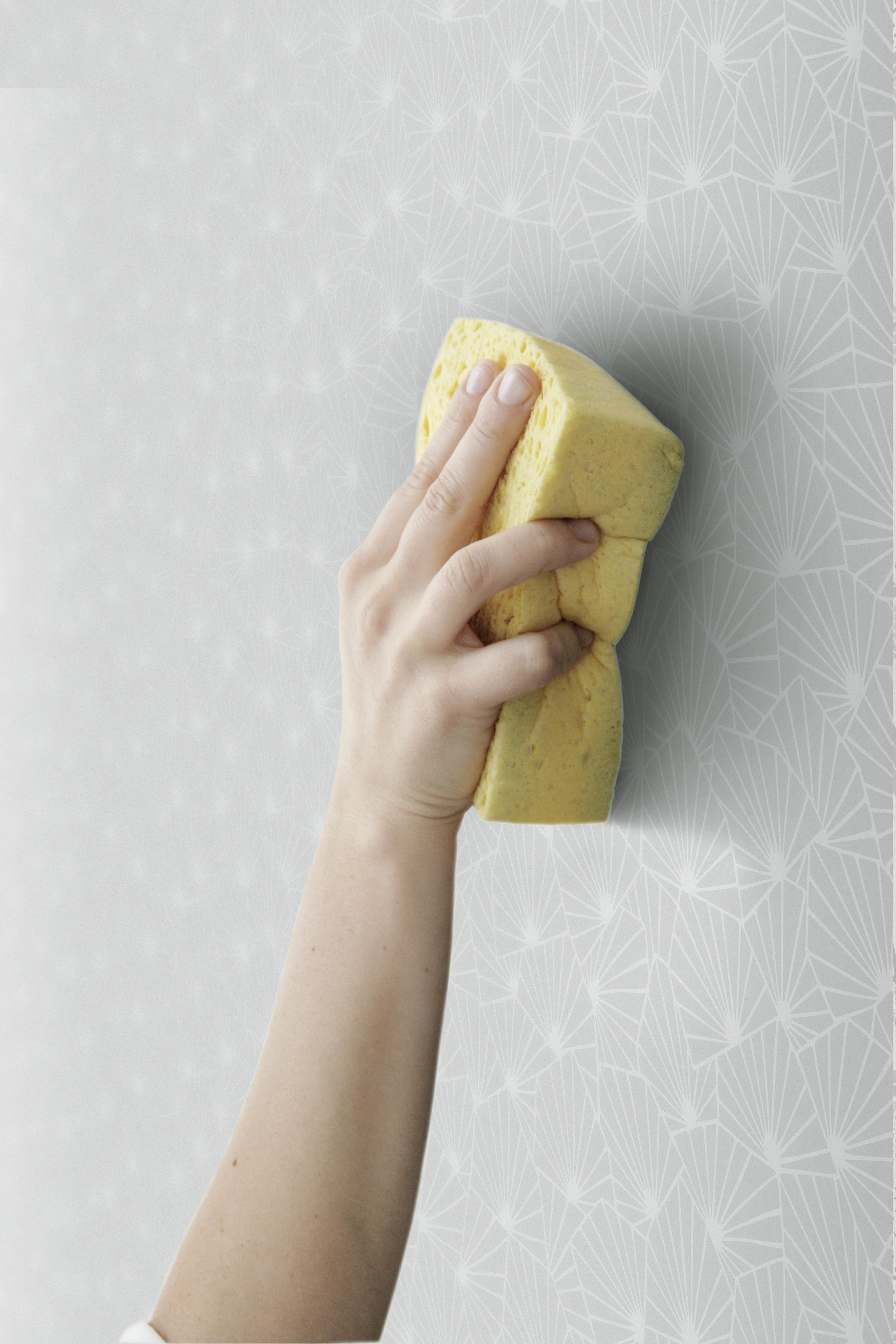 Steg sex är att ta en blöt svamp och lätt stryka av tapeten för att få 32bb571f93142