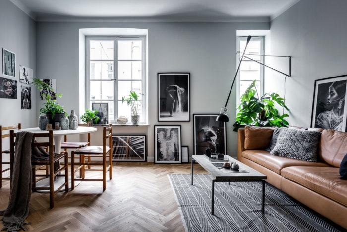 estilo-sala de arte de la pintura.  Sofá marrón