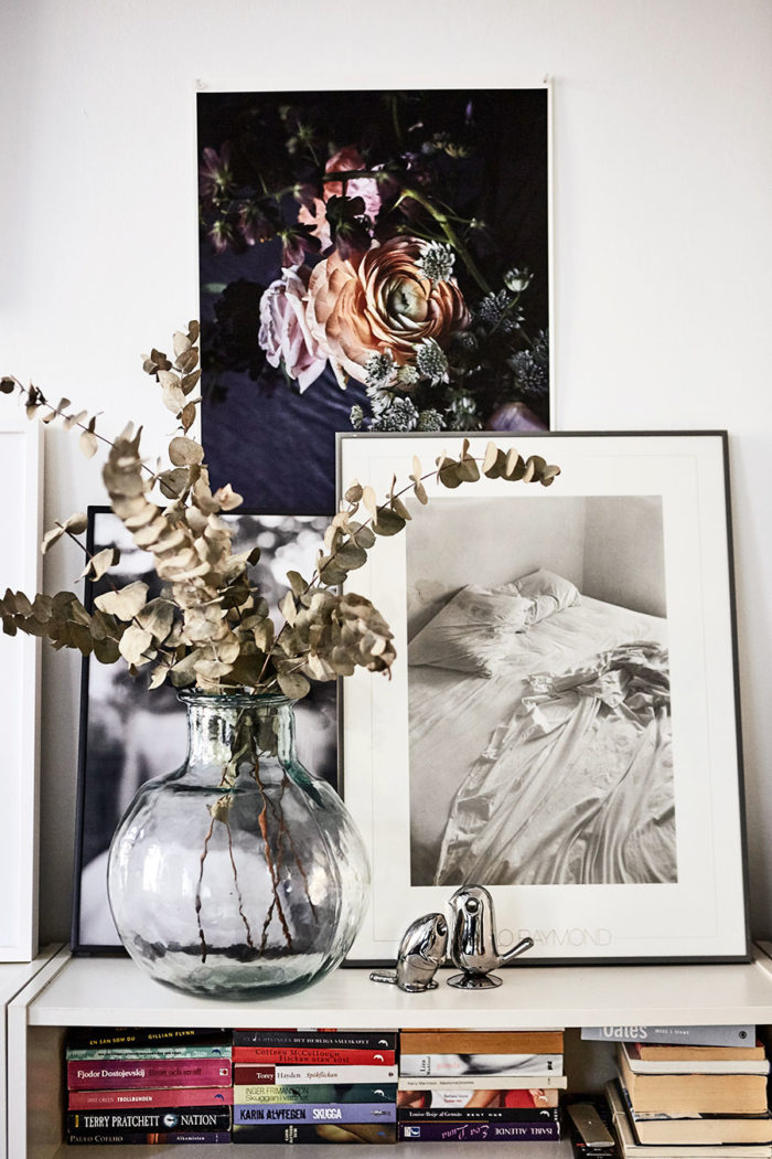 Blombilden har Amelia själv fotat och det svartvita fotot är Lilo Raymond. Pennvässare och gemhållare från Alessi.