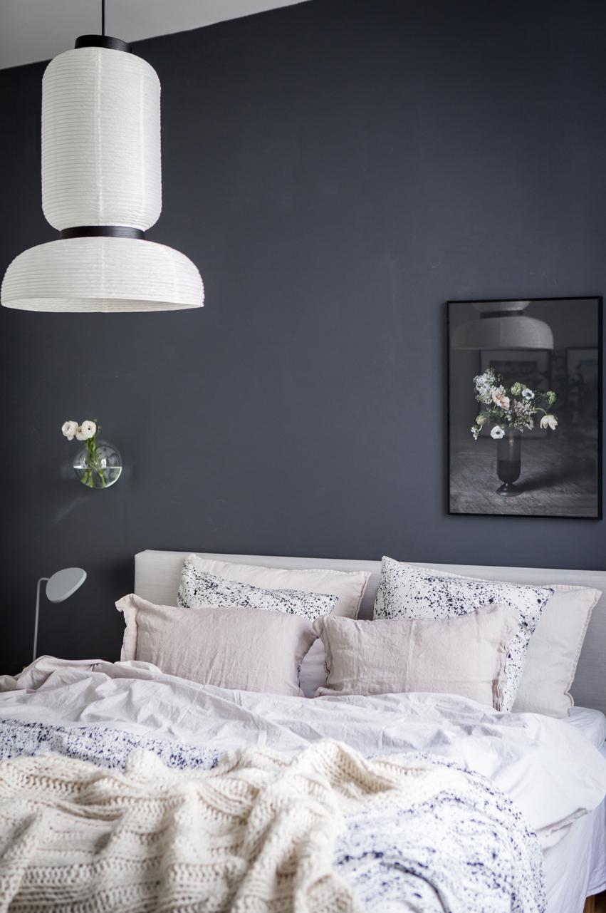 Sovrum med mörkgråmålade väggar