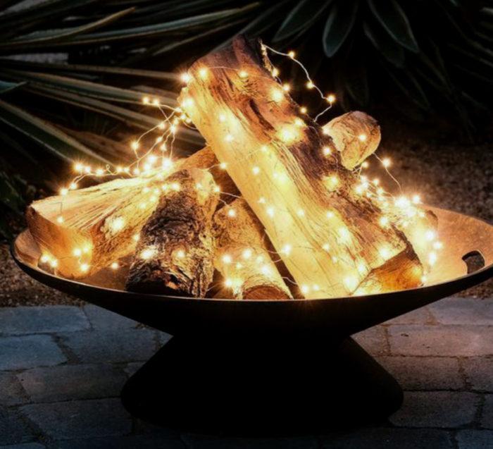 Lägg ljusslingor längs veden istället för att tända en eld