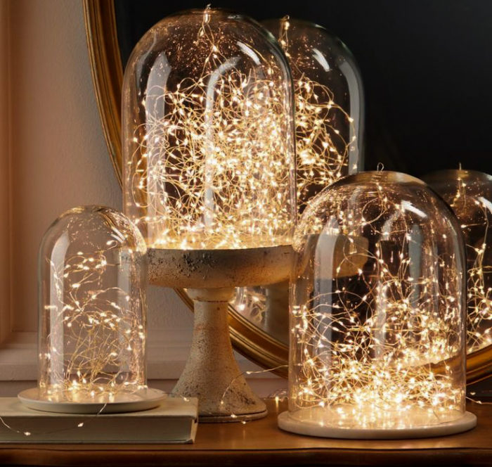 Glaskupor i olika storlekar med ljusslingor inuti