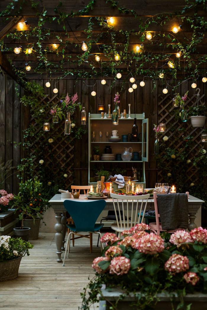 Ljusslingor i taket blandat med växtlighet