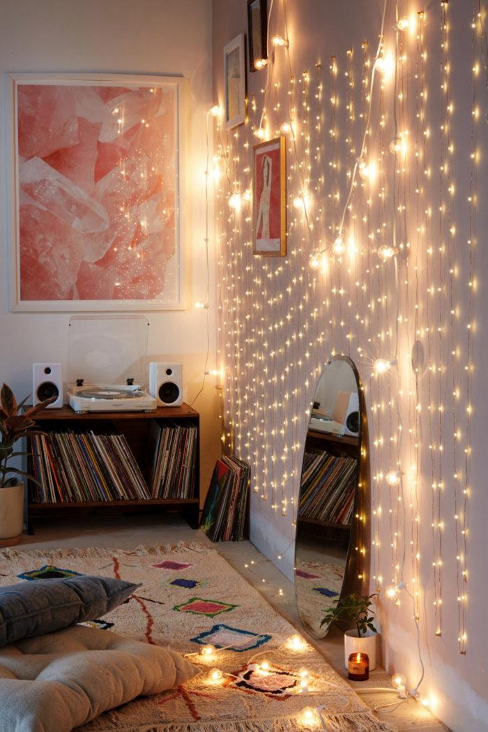 En ljusslinga agerar gardin på en vägg