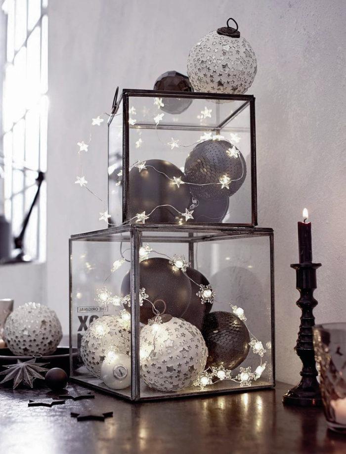 Ljusslinga samt julgranskulor i en glasburk
