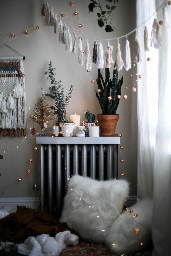 Ljusslingor och girlanger hänger från vägg till vägg