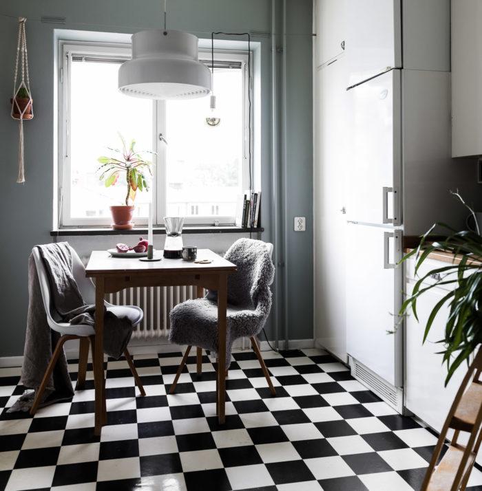 Svart- och vitrutigt golv i köket, ljust kök.