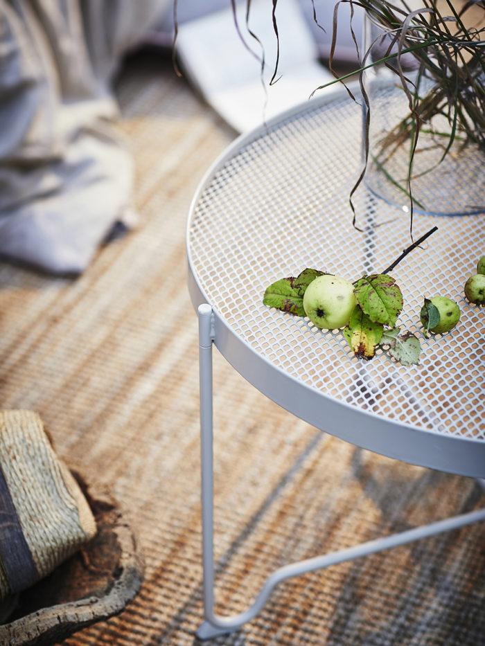 Soffbord runt för utomhusbruk och inomhusbruk. Ljusgrått från Ikea. Ikeas sommarnyheter 2018.