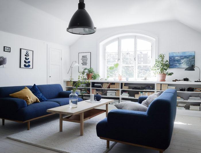 Blå soffgrupp i vitt vardagsrum.