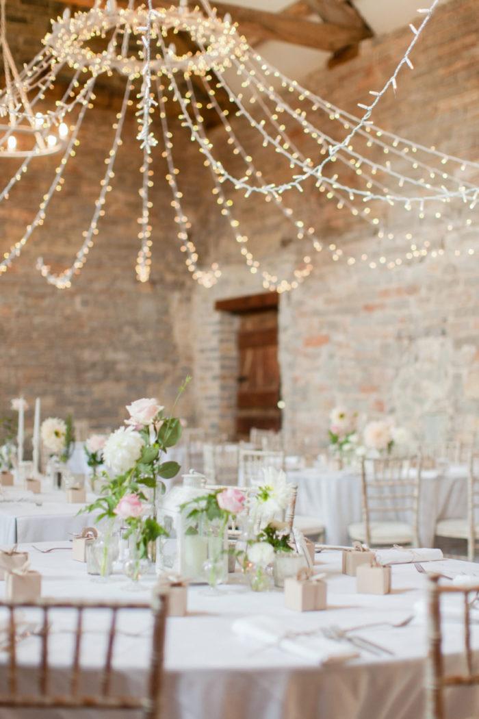 Ljusslingor i taket, bröllpslokal, dekoration och inspiration.
