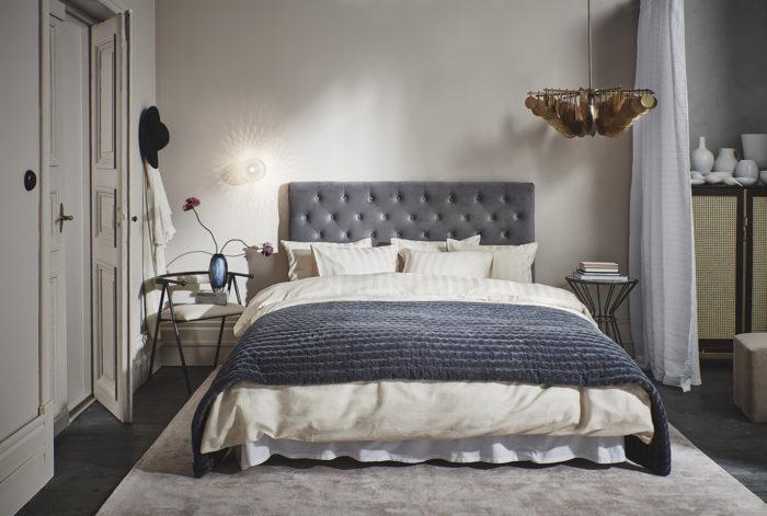 Sovrum med sänggavel i grå sammet. Sammetsöverkast. Jotex vår och sommar 2018.