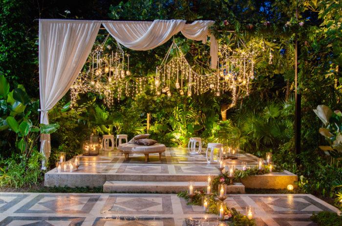 Bröllopsdekoration utomhusbröllop, med ljusslingor.