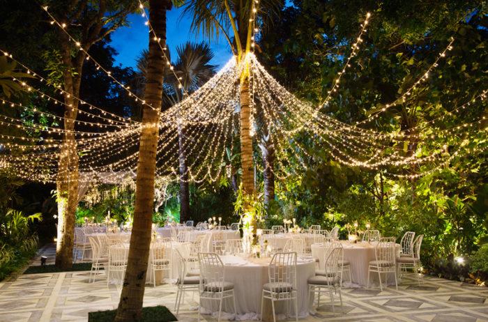 Utomhusbröllop dekorerat med ljusslingor.