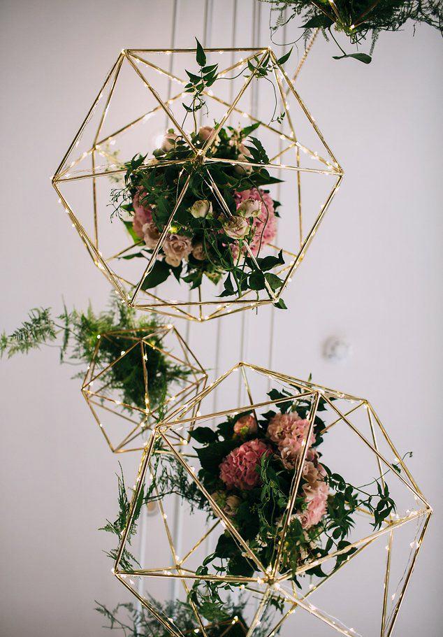 Bröllopsdekoration med ljusslingor och blommor.
