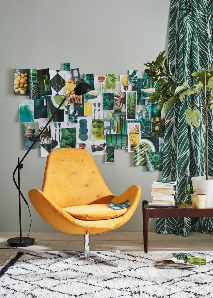 Orange snurrfåtölj, gröna och mönstrade gardiner. Jotex vår och sommar 2018.