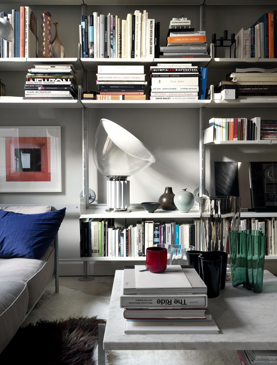 en bild på en bokhylla med en lampa på