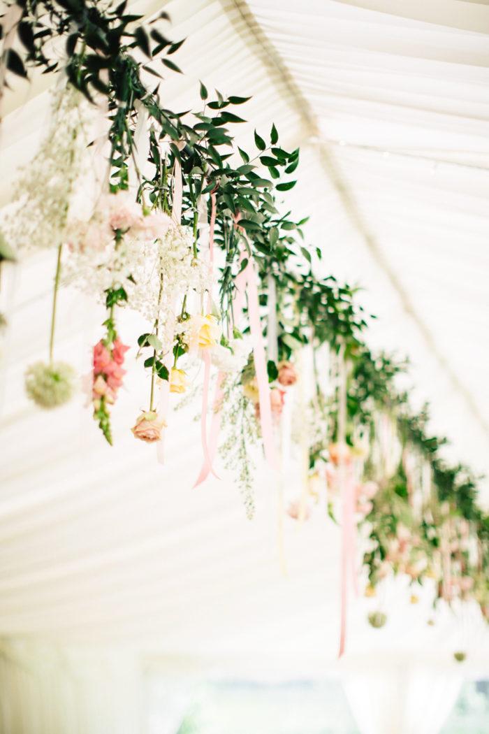 Blomstergirlang i taket på tältet, detaljer för bröllop.