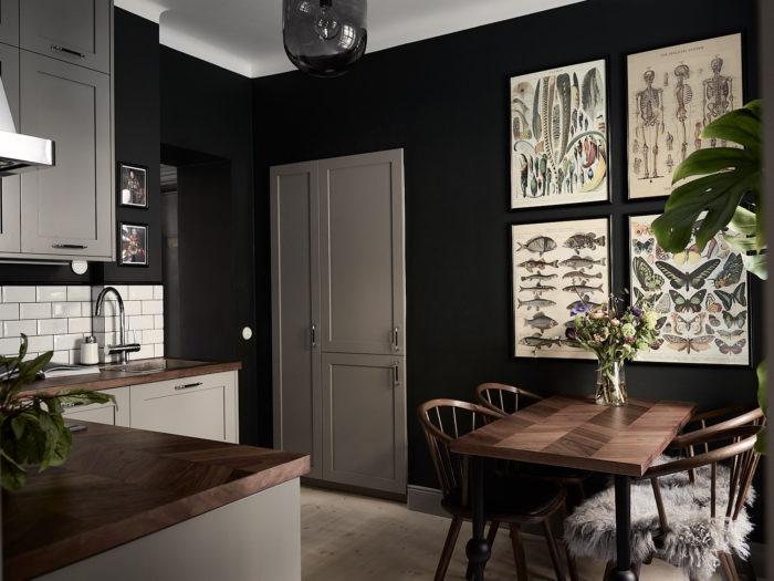 Mörkmålat kök med tavelvägg, ljusgrå köksluckor från Picky living.