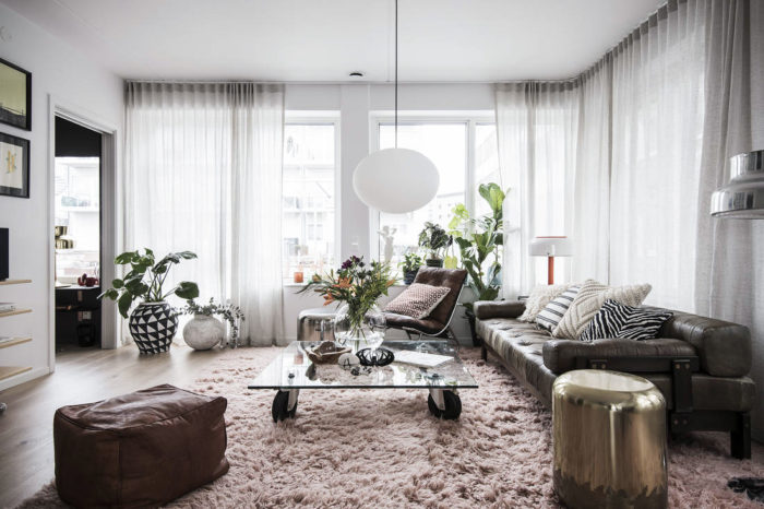 Livingroom with an exclusive touch and big pink rug. Scandinavian style and interior decoration.