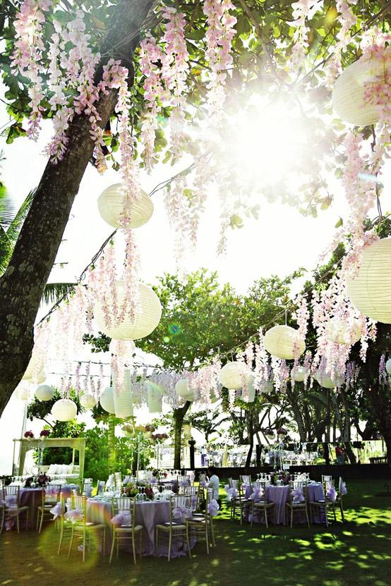 Papperslyktor i trädgården, utomhusbröllop och sommarbröllop.