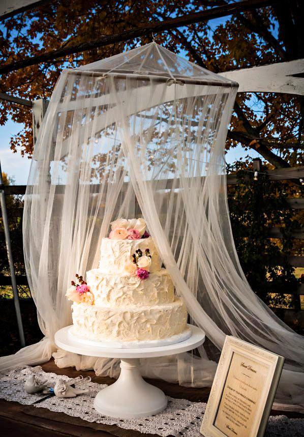 Tyll på bröllop, över bröllopstårta på utomhusbröllopet.
