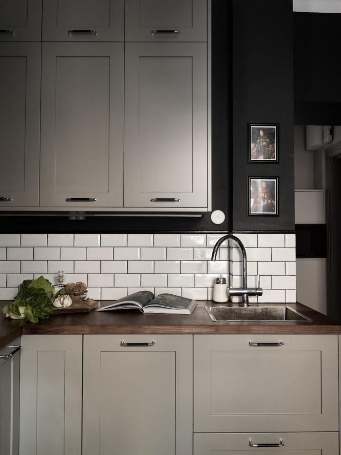 Mörkgrönt kök med ljusgrå köksluckor från Picky living. Vitt och blankt metrokakel, valnötsskiva.