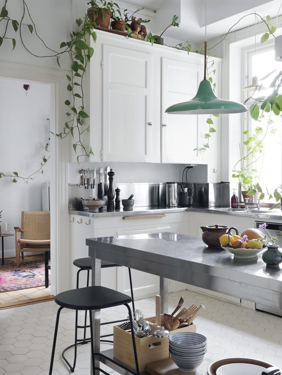 kök med grön lampa över köksön