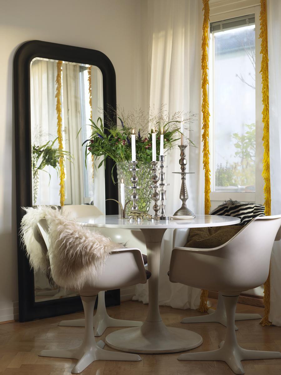 matplats med stor spegel och vacker grönska