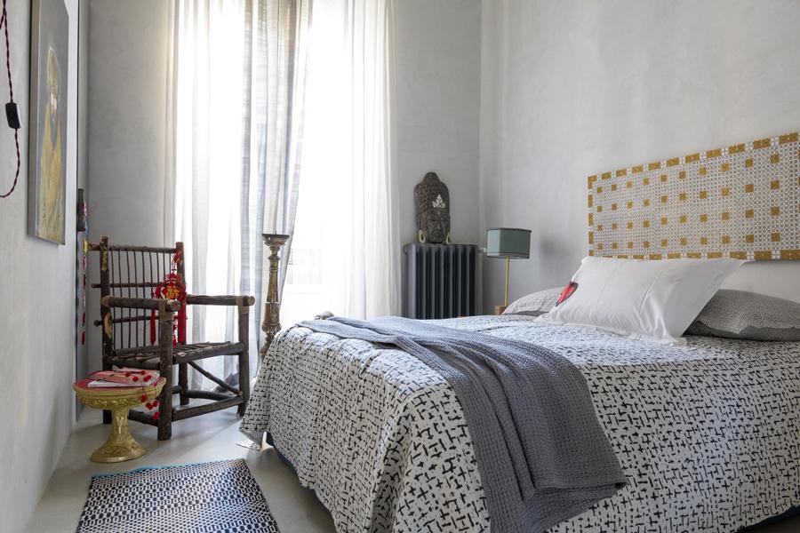 sovrum med vackra textiler