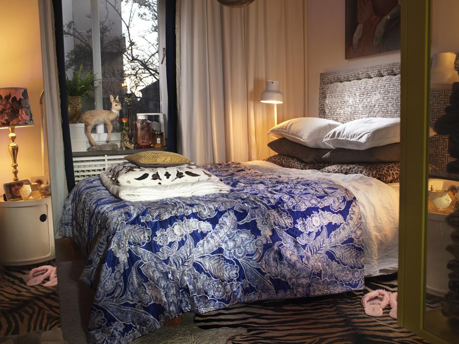 sovrum med stor säng och vackra textiler