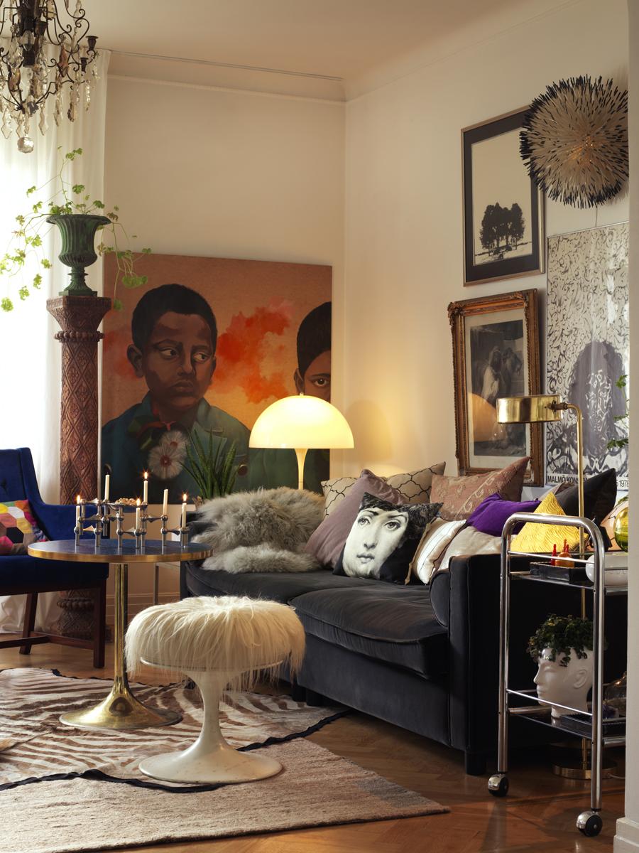 vardagsrum med tavelvägg och vacker belysning och detaljrika objekt
