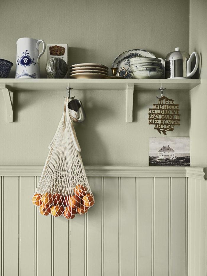 detaljbild på hylla i johanna bradfords kök