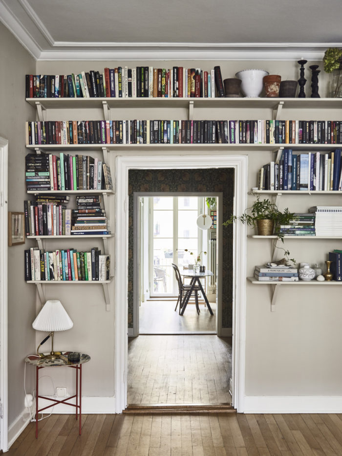 johanna bradfords hem med platsbyggd bokhylla