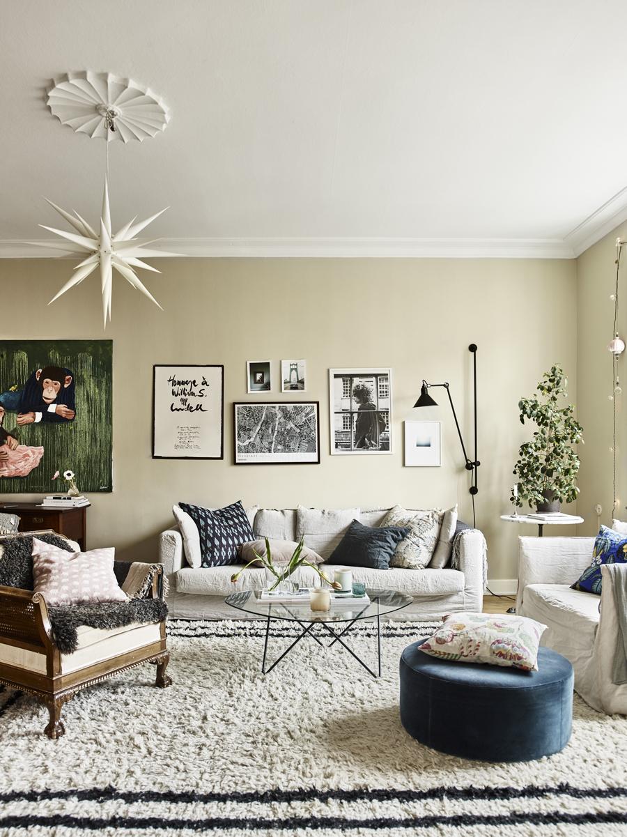 johanna bradfords vardagsrum med tavelvägg