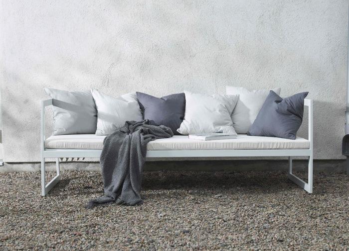 Vit soffa med dyna för utomhusbruk, Jotex 2018.