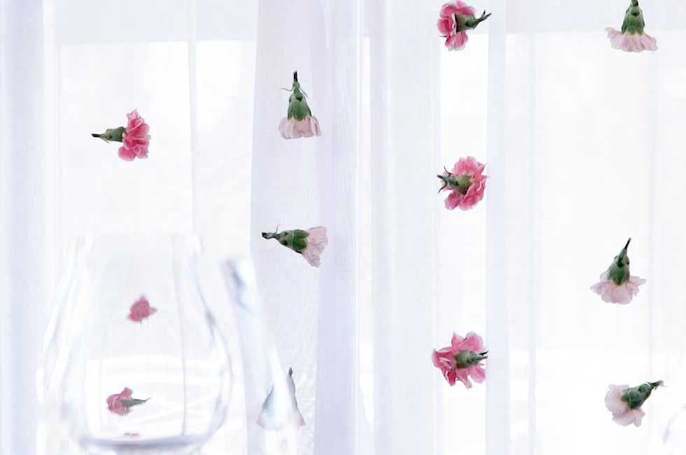 DIY: 3 vackra bröllopsdekorationer i grönt och rosa –så gör du en blomstervägg med nejlikor