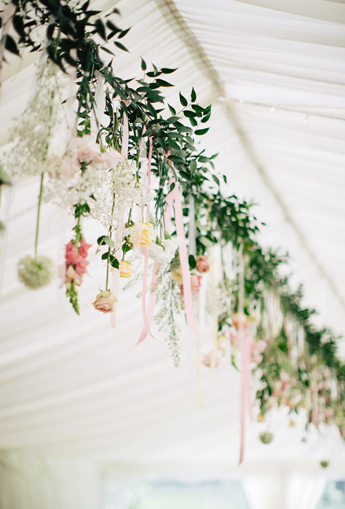 Dekorera med blommor på bröllopet – upphänga blommor skapar wow-känsla